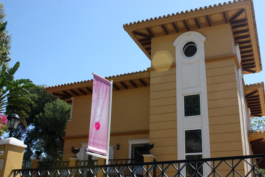 Banderola de la fachada de Villa Lorena - SOYTUTIPO