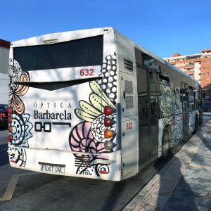 Vista trasera de autobús vinilado Óptica Barbarela - SOYTUTIPO
