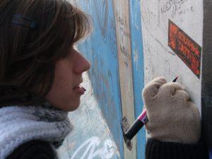 Paloma pintando en un muro - SOYTUTIPO